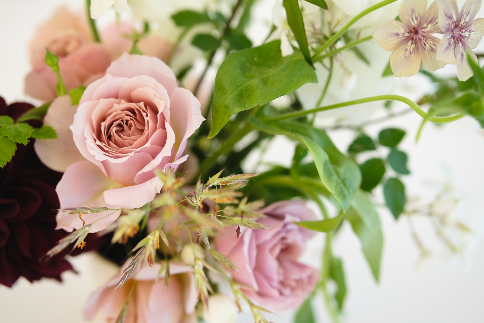 Wedding photography with a table decoration of pastel pink roses