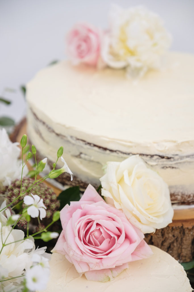 Wedding photography with simple desserts decorated with pink and cream roses